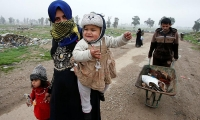 Displaced Iraqis from different areas in Mosul flee their homes to reach safe areas.